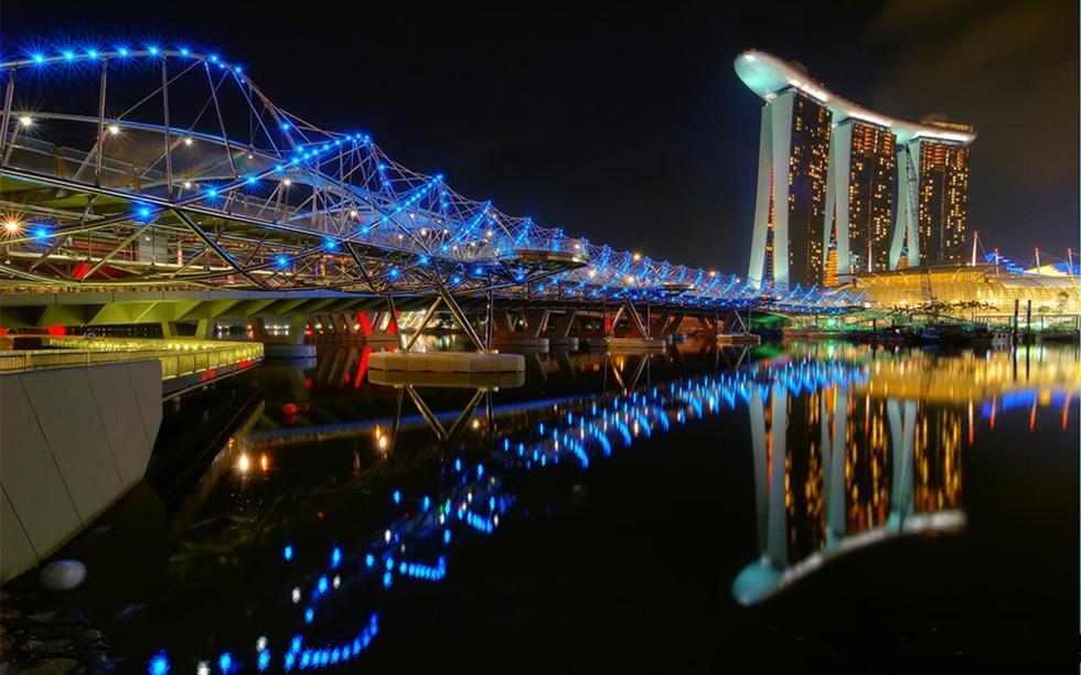 The-Helix-Bridge-Marina-Bay-Sands-Hotel-Singapore