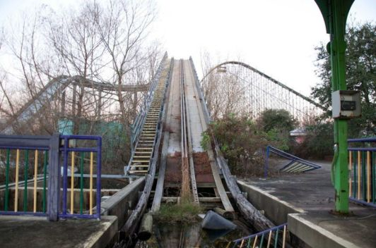 http://www.esquire.com/news-politics/g2316/abandoned-six-flags-photos/?slide=16